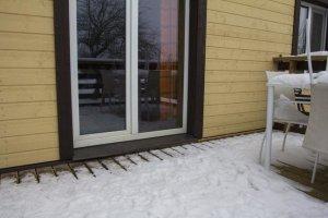 Seda ei juhtu just tihti, et metssiga kärsa vastu majaust surub. Viljandi vallas Savikotil asuva Väljaotsa talu terrassiuks sai aga teisipäeva õhtul just sellist ebaharilikku nosu tunda.  Foto: Marko Saarm / Sakala